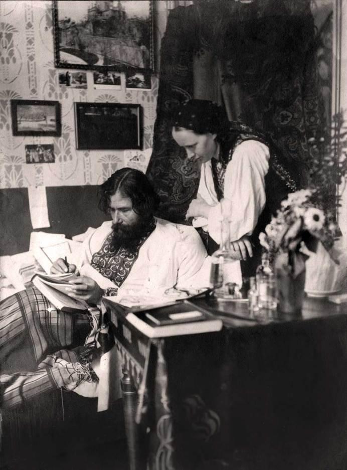 Олекса та Анна-Марія Новаківські в інтер'єрі свого помешкання. Фото 1910-их рр.