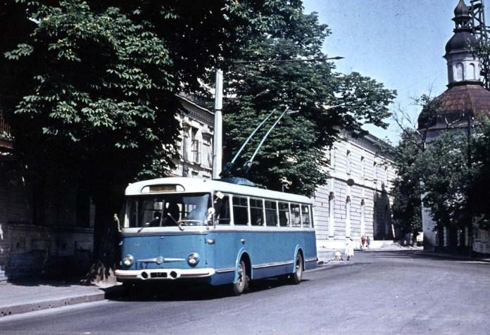 Один із перших у Києві тролейбусів модифікації «Skoda 9Tr0» на вулиці Січневого Повстання (нині – Івана Мазепи). Червень 1963 року. Автор фото – Вольфганг Шрейнер. Фото із колекції Ааре Оландера