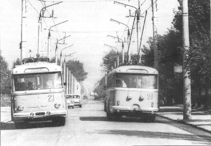 Два перші тролейбуси «Skoda 9Tr» у Чернівцях - №№ 23 і 24 на тролейбусному маршруті № 3. Фото 1966 року