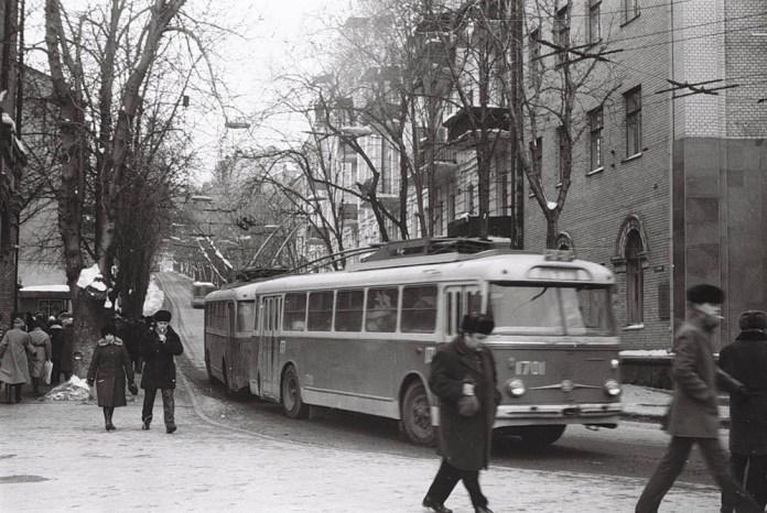 Тролейбусні поїзди із «Skoda 9Tr» за системою Вололимира Веклича у Києві працювали на маршрутах із найскладнішим рельєфом. Кінцева на сучасному Майдані Незалежності. 1987 рік. Автор фото – Вололимир Валдін