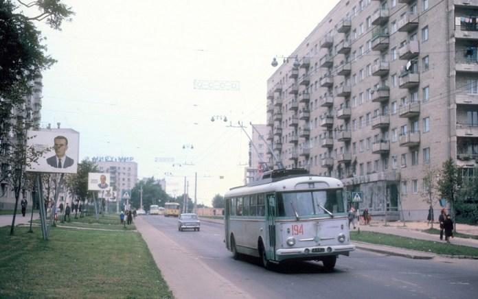 Тролейбус «Skoda 9Tr15» № 194 із першої партії, що надійшла з заводу в Острові-на-Огржі на вулиці Любінській у Львові. Вересень 1978 р. На фото видно інші тролейбуси «Skoda 9Tr» уже в червоно-жовтій лівреї. Автор фото – Петер Хеседлайн