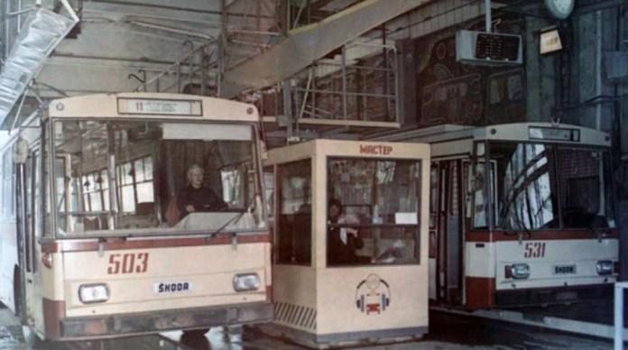 Тролейбуси «Skoda 14Tr» під час обслуговування в профілакторії тролейбусного депо. Машина № 503 модифікації «Skoda 14Tr02» 1984 року постачання, а машина № 531 – модифікації «Skoda 14Tr02/6» 1988 року постачання. 1989 р. Фото із колекції Ярослава Янчака