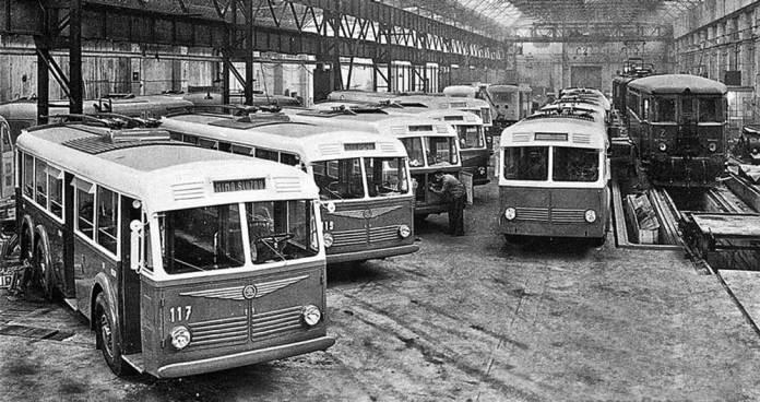 Тривісні правосторонні тролейбуси «Škoda 3Tr», виготовлені для міста Пльзеня на заводі. Фото 1941 року