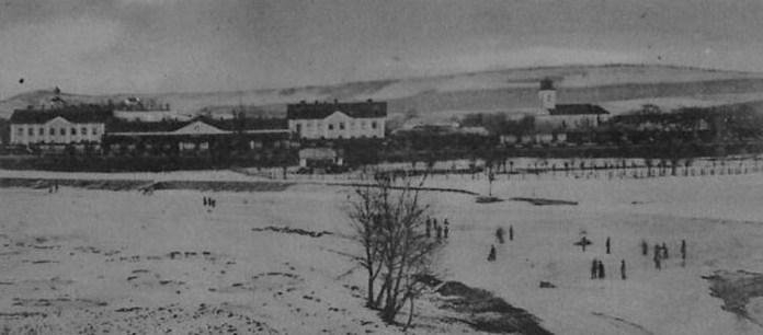 Вигляд на містечко Хирів. На передньому плані – залізнична станція із вокзалом, спорудженим у 1888 році. Фото початку ХХ століття