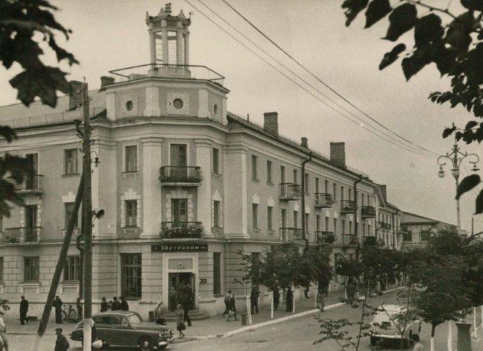 """Житловий будинок з гастрономом """"Ровно"""" на першому поверсі"""