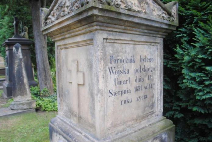 """Досі можна прочитати напис на надгробному постаменті: """"Поручик колишнього Війська польського. Помер 13 серпня 1851, на 44 році життя""""."""