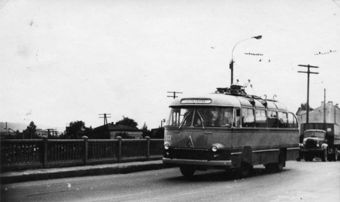 Перший тролейбус ЛАЗ-695Т із деповським № 101 під час випробувань у Львові на вулиці Городоцькій. 1963 р. Фото із колекції Ярослава Янчака