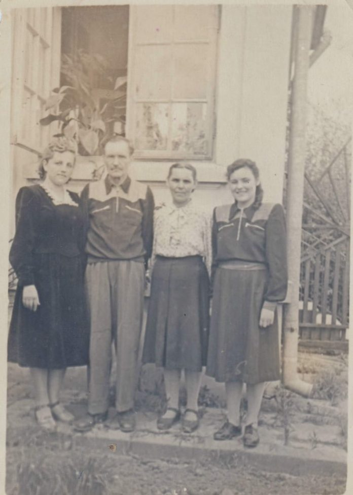 Сім'я Мельничуків – тато, мама, Тетяна, Ліда Федюк – приїхали із заслання 1955 рік