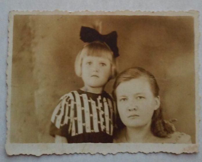 Зося Ященко з донькою Валею, 1948 рік