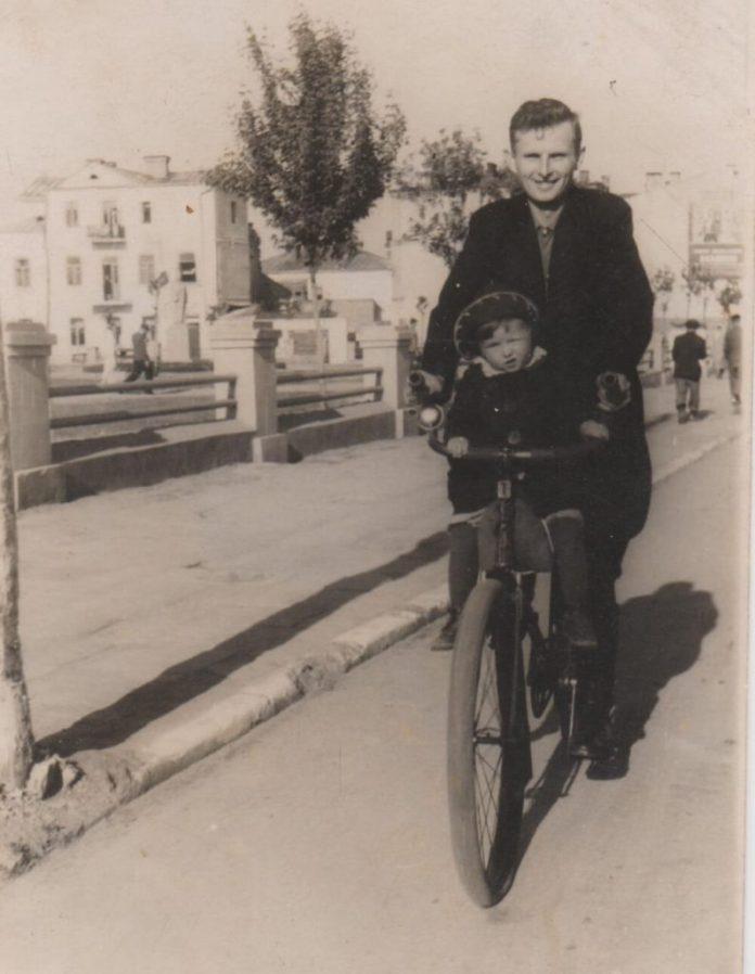 Іван Ященко з донькою Валею. Рівне, 1940-і роки