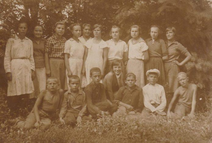 Зося серед вихованців дитбудинку в м.Кам'янське, 1930-і роки