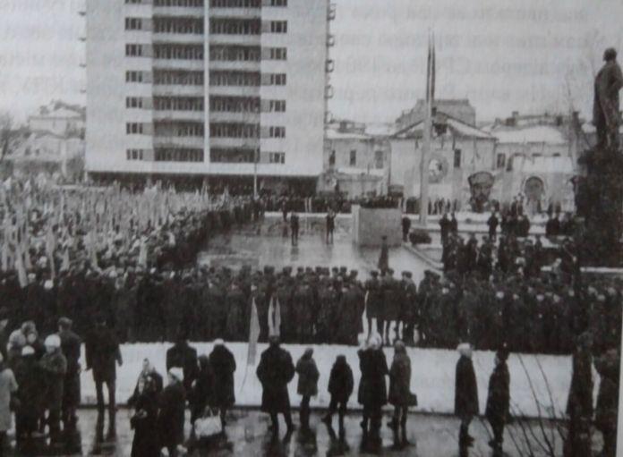 Урочистості на новозбудованій площі з нагоди 50-річчя революції