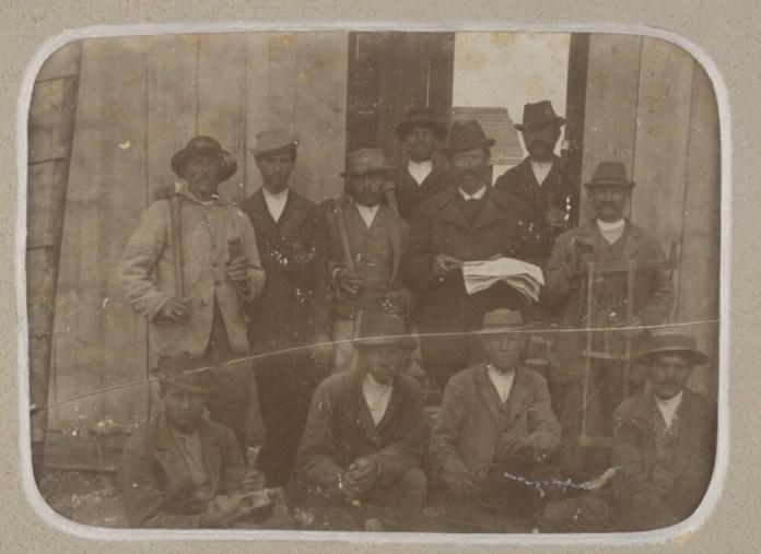 Робітники під час будівництва залізниці Самбір-Сянки на фото 1905 р.