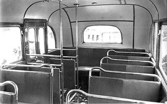 Вигляд задньої частини салону автобуса ЗіС-16. Партія таких автобусів надійшла до Львова у 1940 р.