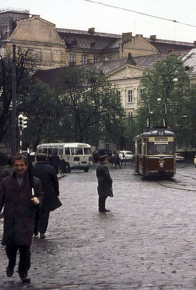 Автобус ПАЗ-652 і трамвай Gotha T2-62 на пл. Митній. Фрагмент фото Ханса Орлеманса. Початок 1970-х рр.