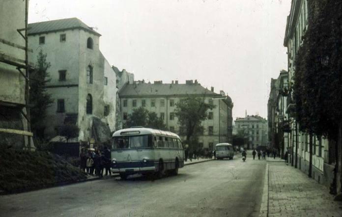 Автобуси ЛАЗ-695 на вул. Валовій. Фото 1960-х років