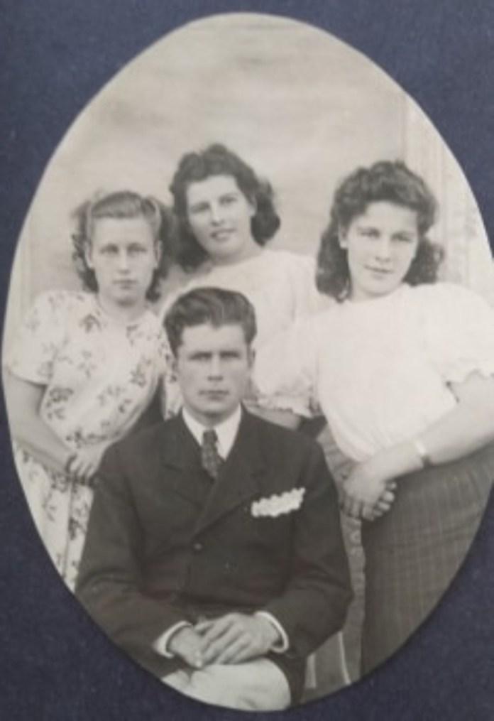 Веніамін Ляховець із сестрами та дружиною