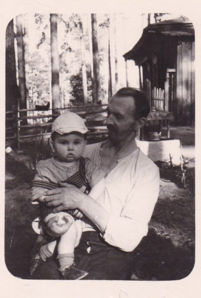 Микола Негребецький з внуком Олександром. Томськ, 1956 рік
