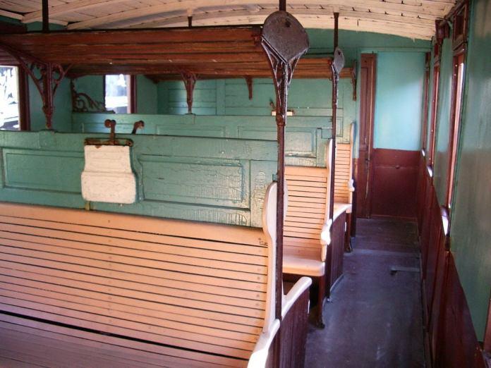 Салон вагону 3-го класу, часто використовувався для приміських маршрутів