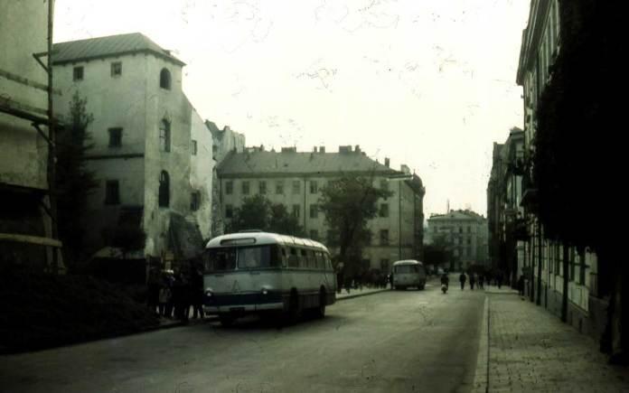 Кінцева зупинка автобусних маршрутів на вул. Валовій діяла у 1960-х рр. На цьому фото – автобус ЛАЗ-695Е (із даховими вікнами), отож світлина зроблена у середині 1960-х рр.