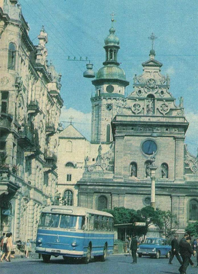 Автобус ЛАЗ-695М на площі Галицькій. Листівка 1971 р.