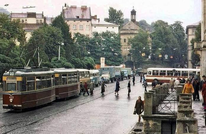 Площа 300-ліття Воз'єднання (пл. Ярослава Осьмомисла). Трамвай «Gotha T2-62» та автобус ЛіАЗ-677. Автобус (ймовірно маршруту № 7) виїздить із вулиці Театральної. 1978 р. Фрагмент фото Ааре Оландера