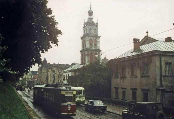 Трамвай «Gotha T57» і автобус ЛіАЗ-677 (задня частина) маршруту № 7 на вул. Підвальній. 1978 р. Автор фото Майкл Таплін