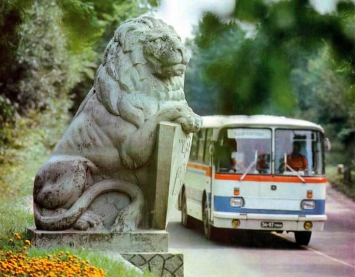 Автобус ЛАЗ-695Н на в'їзді до Львова зі сторони міста Винник. Світлина кінця 1970-х рр.
