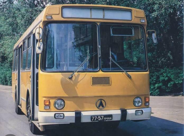 Експериментальний зразок міського дизельного автобуса ЛАЗ-4202. Такі автобуси у 1980 – 1990-х роках курсували на низці міських і приміських автобусних маршрутів Львова