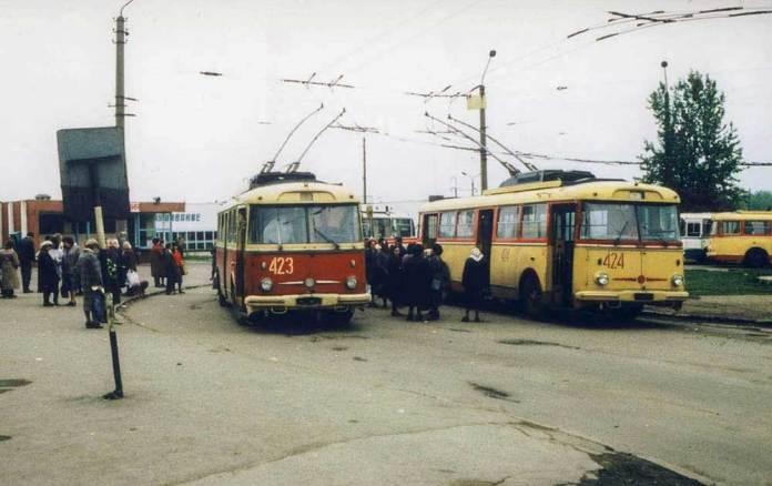 На кінцевій зупинці тролейбусних маршрутів №№ 11 і 16 «ст. Сихів» розташовувалася автостанція, яка обслуговувала рейси в напрямку Бібрки. 1989 р. Фото Ааре Оландера