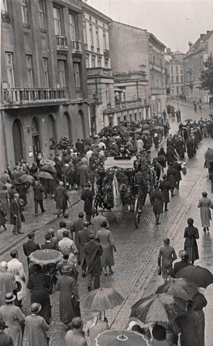 Похоронна процесія із домовиною митця Олекси Новаківського рухається вулицею Пекарською у напрямку Личаківського цвинтаря, 31 серпня 1935 р. Фото Михайла Пежанського (із колекції Юрія Завербного)