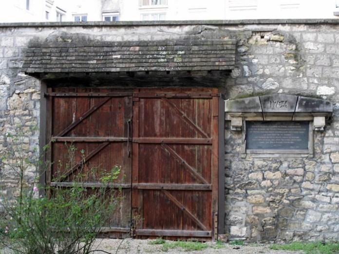 Ворота, через які завозили тіла страчених до монастирського саду. Праворуч табличка, яка розповідає про ті події. Французи бережуть своє минуле