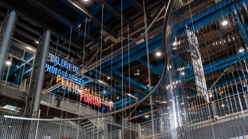 Das Bild zeigt eine Innenansicht des Centre Pompidou in Paris mit den Worten Galerie de photographie in blau