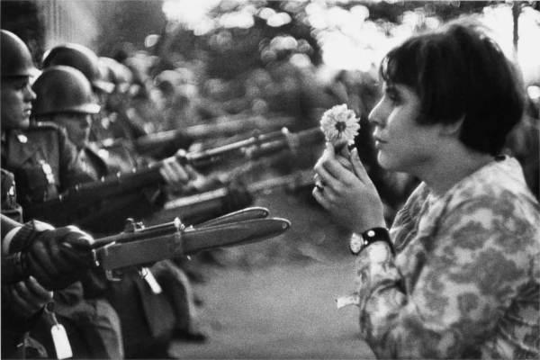 La jeune fille à la fleur. - photo Marc Riboud