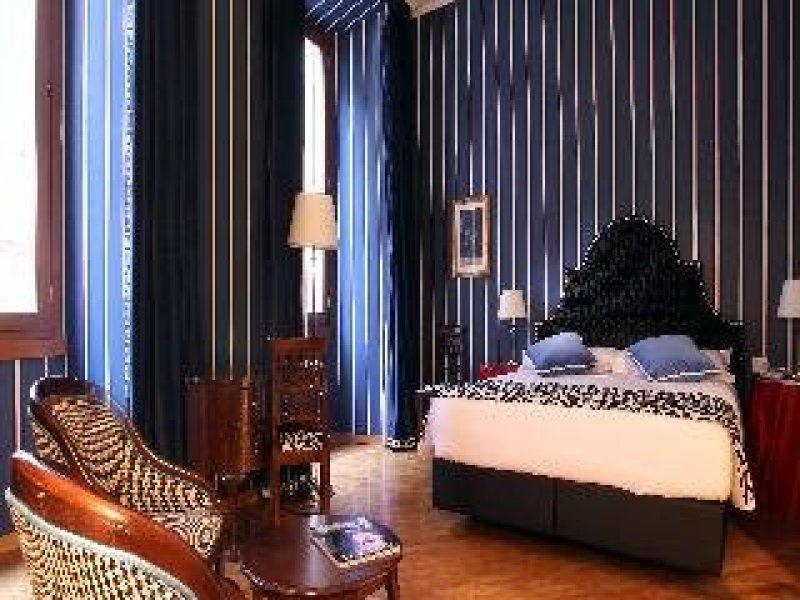 Hotel Room Mate Isabella