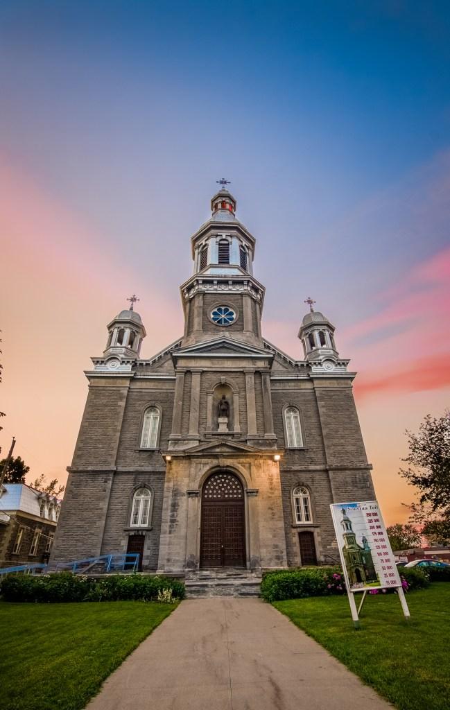 Église St-Louis-de-France avec un ciel coloré par le soleil couchant