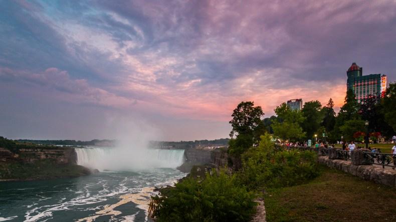 Les chutes de Niagara avec des nuages colorés par le soleil couchant.
