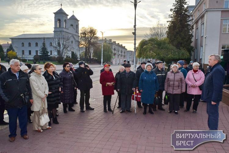 Брестчане отметили 7 ноября возложением цветов и коротким митингом, а также предложили ввести семи часовой рабочий день