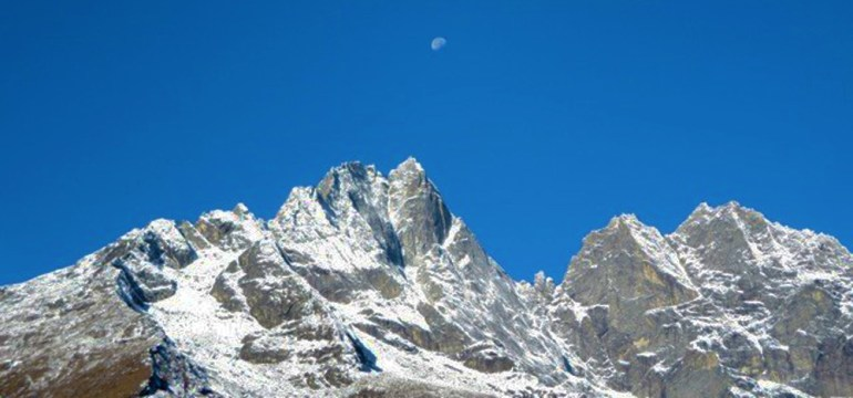 Everest&AnnapurnaPJ-Mira&Andre-Lechowicz-Mountains-and-Moon-saadj