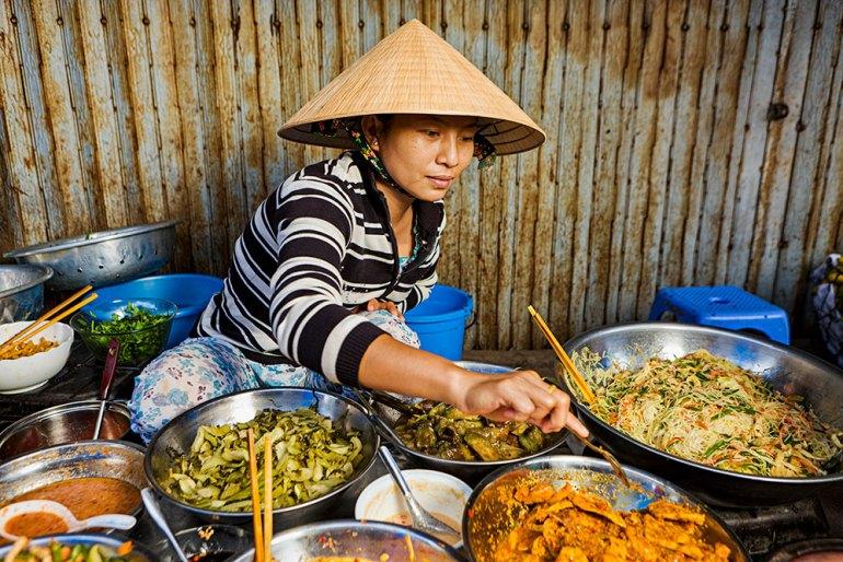 Vietnam-food-market-vendor
