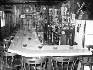 Log Cabin Tavern Prop. Rich & Audrey Franceschi G'town 1978 (2)
