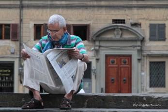 Lecteur du journal sur les marches de San Lorenzo, Florence, 13 Septembre 2015