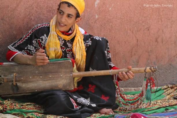 Musicien dans les rues de Marrakech, Maroc, Mai 2013