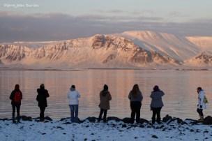 Touristes admirant le coucher de soleil, Reykjavik, Islande