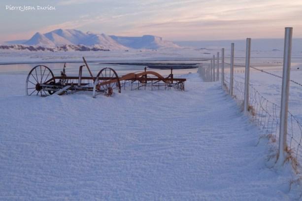 Matériel agricole sous la neige, Péninsule de Vatnsness, Islande
