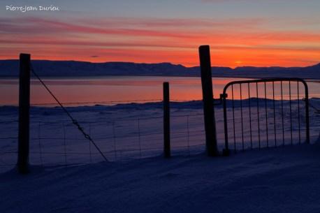 Lever de soleil sur la barrière, Péninsule de Vatnsness, Islande