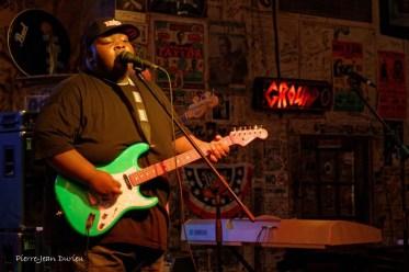 Christone Kingfish Ingram, un jeune bluesman de 16 ans, en concert au Ground Zero Blues Club à Clarksdale, 8 mai 2015