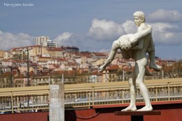 Statue au pied de la Passerelle du Palais