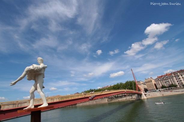 La sculpture The Weight of One Self, de Michael Elmgreen & Ingar Dragset, représente un homme portant son double : l'homme est à la fois son propre sauveur et son fardeau.