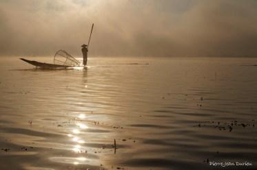 Pêcheur dans la brume, Lac Inlé, Birmanie, Décembre 2014
